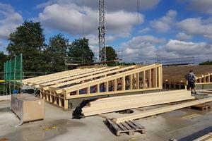 """Die Konstruktion der Pultdächer besteht aus einem Stahl-Holz-Fachwerk<span class=""""bildnachweis"""">Foto: Sperling Holzbau </span>"""