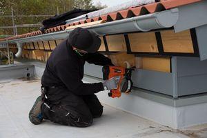 Die Handwerker tes-teten auf dieser Baustelle die Montage der Faserzementpaneele mit Paslode-GasnaglernFotos (2): ITW Befestigungssysteme GmbH