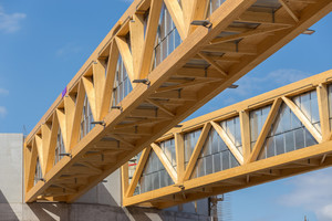 Die Fachwerk-Kastenträger streben vom Zentrum nach außen Fotos: Holzbau Amann