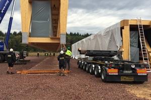 Mit dem Schwerlastkran werden die Träger auf den Tieflader gehoben und zum Montageort gebrachtFoto: Holzbau Amann