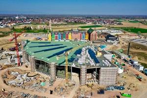 """Die Wasserwelt Rulantica im April 2019 – das Dach ist geschlossen, nur noch die Dachabdichtung und die Dämmung der rechten Dachhälfte fehlen noch<span class=""""bildnachweis"""">Foto: Europa-Park</span>"""