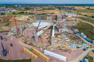 Die Baustelle von oben. Eine enorme Logistik war erforderlich, damit sich die Dacharbeiten nicht mit den Arbeiten im Rumpf überschneiden