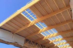 """Die vorgefertigten Akustikplatten wurden von den Handwerkern in die Dachkonstruktion eingehoben und verschraubt<span class=""""bildnachweis"""">Fotos (2): Holzbau Amann</span>"""