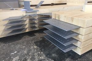 Die im Werk bei Holzbau Amann vorbereiteten Fachwerk-Einzelteile wurden im Werk vorgefertigt und mit Schlitzblechen auf die Baustelle zum Europa-Park geliefert
