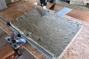 Probeschnitt durch gebrauchte Steinwolle. Mit einem Tisch kann in bequemer Arbeitshöhe geschnitten werdenFoto: Schulte Bedachung