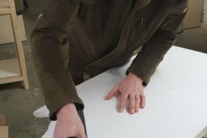 """Links: Julian Siebert von der Tischlerei Wilhelm Siebert schneidet eine Schaumstoffdämmplatte zu. Von einer zu starken Staubbelastung bei der Arbeit mit der Dämmstoffsäge war hier keine Rede<span class=""""bildnachweis"""">Foto: Dirk Siebert</span>"""