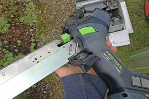 Liegen Messer und Führung richtig in der Aufnahme, kann die Klappe mit der Rädelschraube umgeklappt und angezogen werden