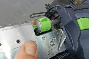 … gleichzeitig muss die Messerführung in die Metallstifte greifen