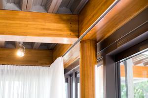 Links: Die Rundbalken und die Balken sind mit Schlitzblechen versehen, damit ist die Konstruktion verbunden