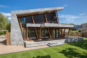 """Auf den ersten Blick sehen die Holzstützen aus Iroko-Holz unterdimensioniert aus. Allerdings ist die Terrasse und die Fassade nicht massiv gebaut, sondern mit Composite-Platten verkleidet<span class=""""bildnachweis"""">Foto: Cladding Partners</span>"""