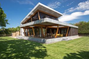 """Das Ferienhaus in Oostkapelle an der Nordsee wurde mit einem Materialmix aus Ziegel-Massivbauweise, Holzrahmen-Konstruktion, Trapezdach, Holzstützen und Composite-Werkstoffen gebaut <span class=""""bildnachweis"""">Foto: Cladding Partners</span>"""