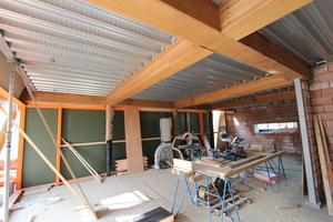 Oberhalb der Balkenkonstruktion liegt das Trapezblech. Gedämmt ist die Dachkonstruktion mit PIR-Dämmplatten