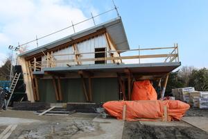 Baustelle mit Pultdach und Terrasse aus Trapezprofilen. Bei der Fassade im 1. OG sieht man die Unterkonstruktion Fotos (3): Architekturbüro Ten Hove