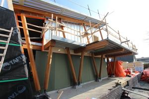 Die Konstruktion wird von den filigranen Holzstützen getragen Foto: Architekturbüro Ten Hove