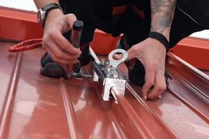 Mit wenigen Handgriffen fest angezogen – durchdringungsfreie Anschlageinrichtung für Falzdächer