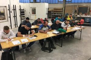 Schriftliche Abschlussprüfung der Teilnehmer des Einstiegslehrgangs zum VHF-Monteur