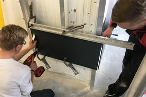 Die Kursteilnehmer des Aufbaulehrgangs zum VHF-Monteur erstellen eine vorgehängte, hinterlüftete Fassadenkonstruktion