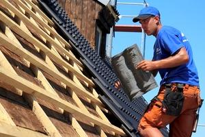 Das leichte Gewicht der Betondachsteine ist für die Dachdecker ein Vorteil bei der Verlegung