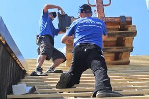 """Die Dachdecker deckten das Dach mit """"EasyLife Sigma""""-Betondachsteinen ein"""