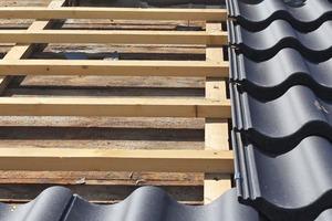 """<irspacing style=""""letter-spacing: -0.02em;"""">Über der alten Holzschalung des Daches verlegten die Dachdecker eine neue Trag- und Konterlattung </irspacing><span class=""""bildnachweis"""">Fotos: Nelskamp</span>"""