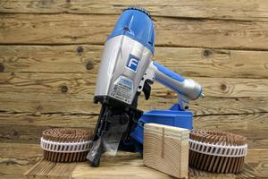 """Die Weiterentwicklung der """"LignoLoc""""-Holznägel (auf dem Foto mit dem dazugehörigen """"F44 2.0""""-Druckluftnagler), wird von der Deutschen Bundesstiftung Umwelt gefördert           Foto: Beck Fastener Group"""