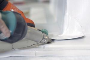 Mit einer vorgefertigten Lichtkuppelecke wird eine Ecke am Aufsatzkranz abgedichtet