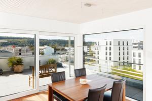 Die Deckenuntersichten sind je nach Wohnung geschlossene Holzflächen oder mit Akustikprofilen ausgeführt Foto: Foto&Design / WT