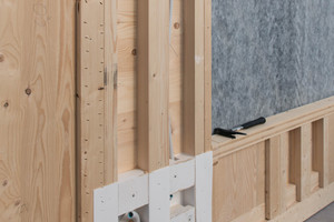 Mitte: Aufschäumende Folien bei Steckdosen und Lichtschaltern schützen das Holzbauteil vor Bränden
