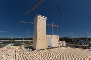 """Auch die beiden Aufzugstürme und die Treppenhauswände sind aus großformatigen Brettsperrholztafeln konstruiert<span class=""""bildnachweis"""">Fotos (5): Lignotrend</span>"""