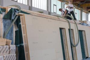 """Die Dämmebene in den Außenwänden entspricht einer zweiten Wandschale aus Dämmständern """"U*psi F"""" mit vorgesetzter """"Gutex Thermowall"""". Die Gefache sind mit der Einblasdämmung """"Thermofibre"""" gefüllt, darauf folgt das Holzfaser-WDVS<span class=""""bildnachweis"""">Fotos (2): Lignotrend</span>"""