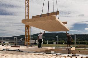 """Die Dachbauteile mit Raumakustik-Oberfläche überbrücken bei Bedarf auch große Spannweiten und zeigen im """"Rohbau"""" bereits die endfertige UntersichtFoto: Lignotrend"""