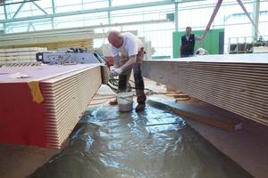 Produziert wurden die Brettschichtholzrahmen in einem Derix-Werk am Standort Westerkappeln. Die Rahmenelemente haben keilförmige Zinken, die verklebt …