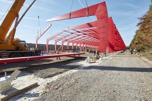Rechts: Die Brettschichtholzbinder kommen als Halbrahmen auf die Baustelle und werden vor Ort zusammengesetzt