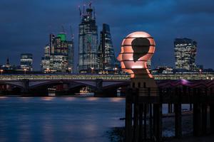 Der Kopf aus Holz war für das Londoner Design Festival mit 48 Metern LED-Streifen ausgestattet, deren Farbe sich durch einen Hashtag auf Twitter verändern ließ