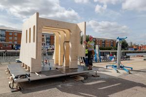 Die einzelnen Brettsperrholzteile der Konstruktion sind bis zu 3,4 t schwer