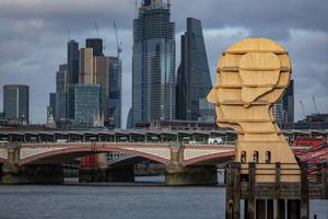 """Der Kopf aus Holz stand für die Dauer des Londoner Design Festivals """"designjunction"""" im September 2018 auf einem Pier an der Themse"""
