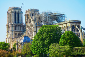 """Bei einem Großbrand wurde die weltberühmte Kathedrale Notre-Dame de Paris im April schwer beschädigt<span class=""""bildnachweis"""">Foto: 123rf/Ekaterina Pokrovsky </span>"""