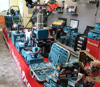 Elektrowerkzeuge im Verkaufsraum der Mohnberg GmbH, die sowohl vor Ort erhältlich als auch online bestellbar sind