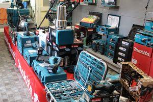 """Elektrowerkzeuge im Verkaufsraum der Mohnberg GmbH, die sowohl vor Ort erhältlich als auch online bestellbar sind<span class=""""bildnachweis"""">Fotos: Stephan Thomas </span>"""
