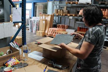 Neu im Sortiment bei Dachdeckermarkt24 sind Schieferschindeln, die in gewünschter Stückzahl bestellbar sind