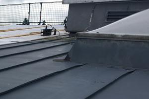 An zahlreichen Dachdurchdringungen waren Risse entstanden. Eindringendes Wasser hatte für Korrosions- und Feuchteschäden in der Dachkonstruktion gesorgt