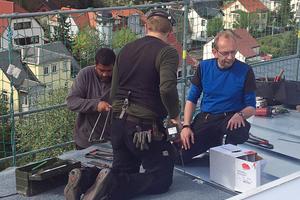 """<irspacing style=""""letter-spacing: -0.02em;"""">Rheinzink-Lehrverle ger Heiko Küchenmeister (blaues Oberteil) unterstützte die Handwerker bei der Verlegung und gab Tipps</irspacing>"""