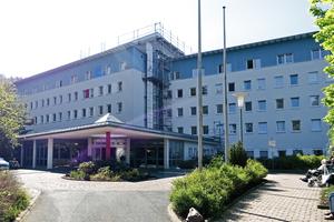 Die 1200 m² großen Dachflächen des Klinikums am Rennsteig in Tabarz (Thüringen) werden derzeit saniertFotos: Rheinzink