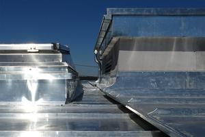 Verschiedene Dachbereiche wurden mit Gefällestufen und Dehnungsleisten getrennt. Das ermöglicht das schadlose Ausdehnen der Titanzinkschare bei Temperaturschwankungen