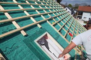 Die Aufsparrendämmung wird hier durch einen Dämmrahmen für den wärmebrückenfreien Einbau eines Dachfensters ergänzt                 Fotos: Braas