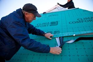 Die Verklebung der aufkaschierten Unterdeckbahnen ist eine Voraussetzung nach DIN 68800-2 zum Verzicht auf chemischen Holzschutz<br />