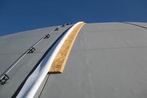 An den Verbindungspunkten der Dachelemente wurde oberseitig eine zusätzliche OSB-Platte montiert, die mit Dachbahnen abgedichtet wurde