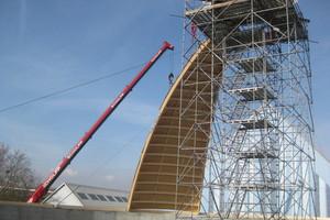Die einzelnen Dachsegmente wurden an einen vier Meter breiten Stahlkranz im Scheitelpunkt der Halle angeschlossen, eine der größten Herausforderungen bei dieser Baustelle