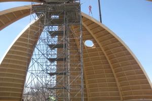 Die Dachsegmente bestehen aus Brettschichtholzbindern mit Nebenträgern, beplankt sind sie von außen mit OSB-Platten