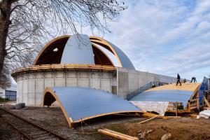 Die neue Salzlagerhalle in Heilbronn während der Bauzeit, die Dachsegmente werden mit Kunststoffdachbahnen abgedichtet
